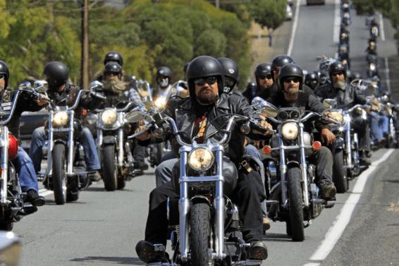 moteros en sus motos