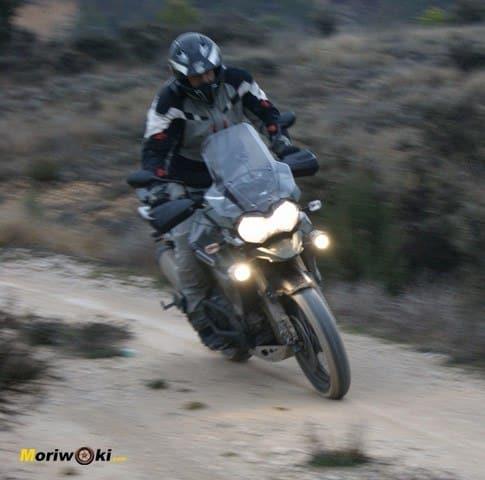 Triumph Explorer XC en pie jl derrapaje