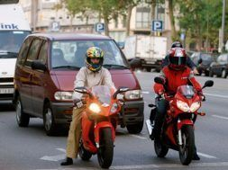 Articulo motos delante de coches
