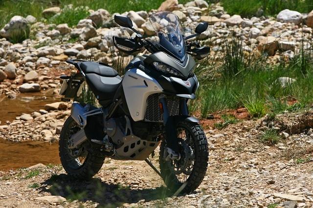 Ducati Multistrada Enduro plantada sola gris