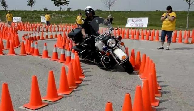 Giro cerrado moto exhibicion-moto-policia