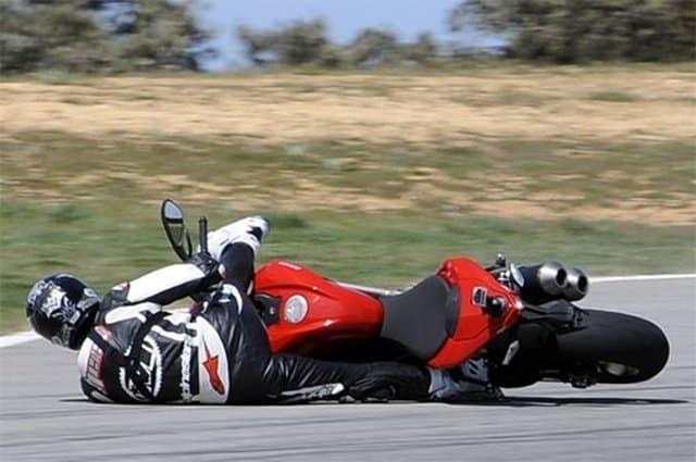 susto y caida en motocaida delantera