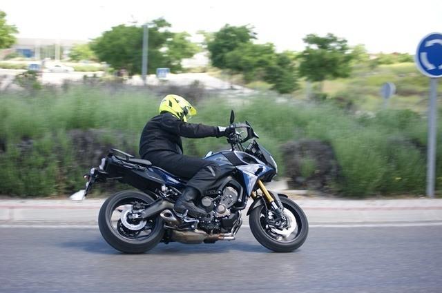Yamaha Tracer MT09 haciendo su paso por una rotonda.