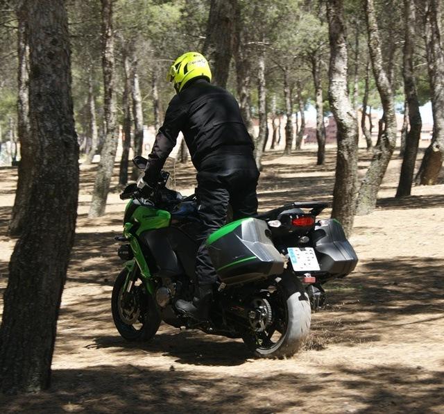 Kawasaki Versys 1000 en el bosque detrás