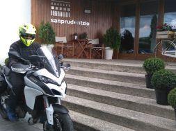 Moto momento celestial puerta hotel san Prudentzio