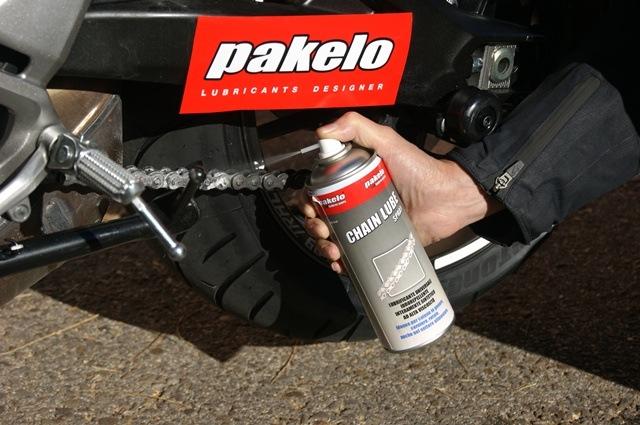 Spray-cadena-moto-Pakelo-aplicando-bien