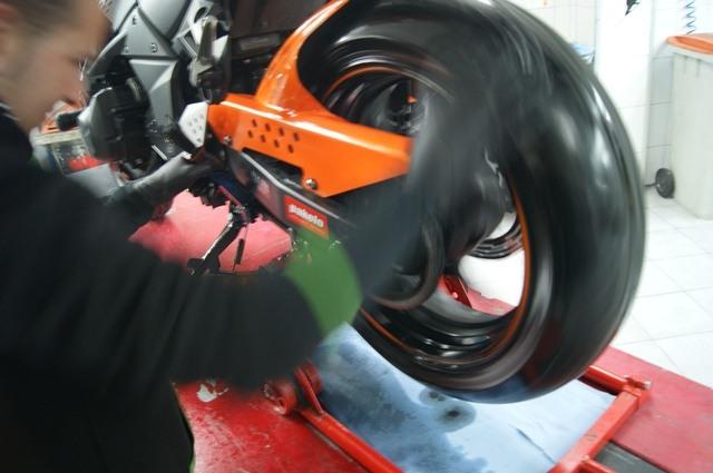 Spray Pakelo cadena moto rueda rodando