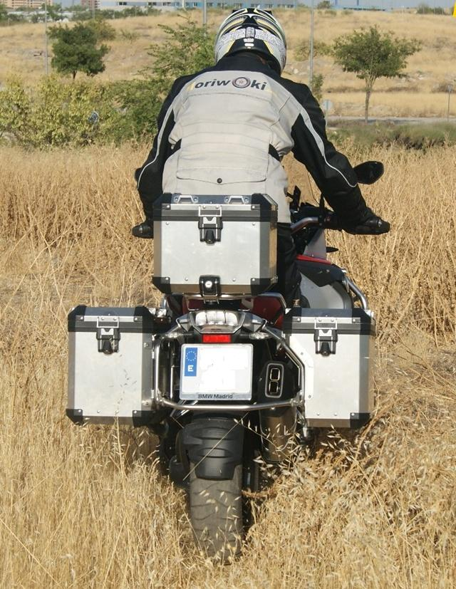 BMW R 1200 GS Adventure detras campo