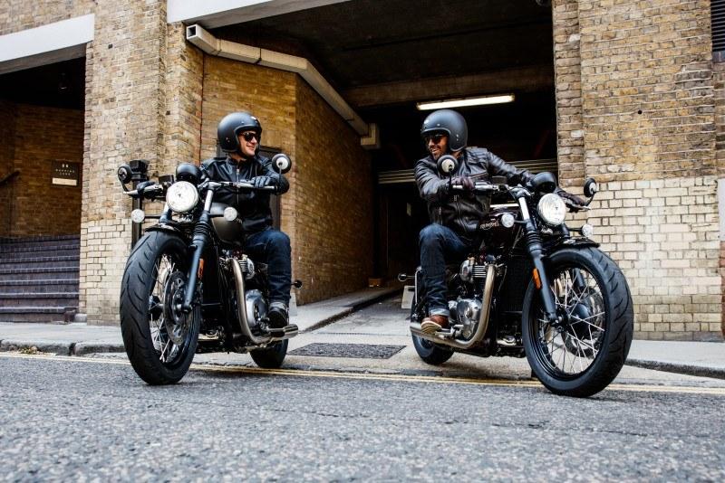 Nueva Triumph Bonneville Bobber en pareja