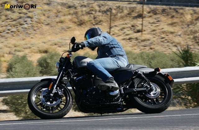 Harley Davidson sportster roadster paso por curva