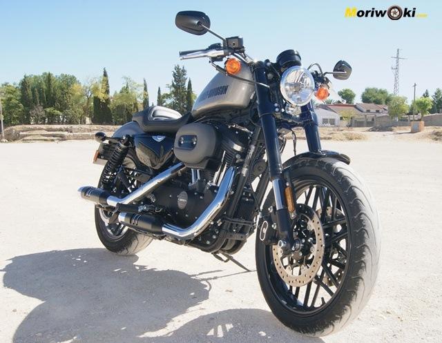 Harley sportster roadster frente tres cuartos