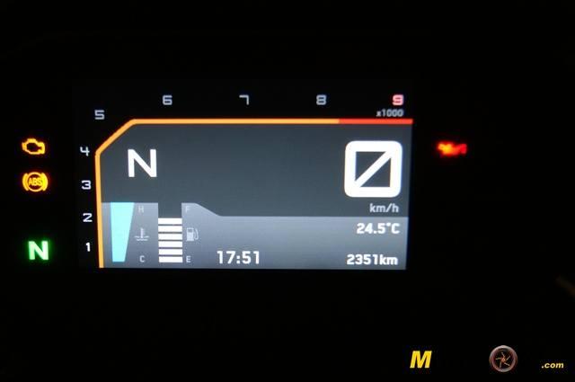 KTM 690 Duke prueba a fondo display noche