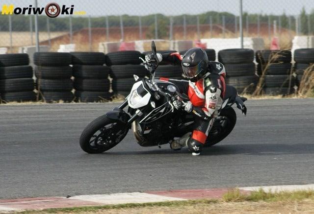 KTM 690 Duke prueba a fondo paso por pista