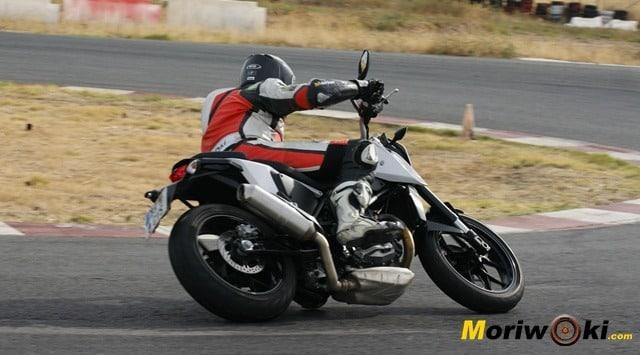KTM-690-Duke-prueba-a-fondo-tumbada-en-pista
