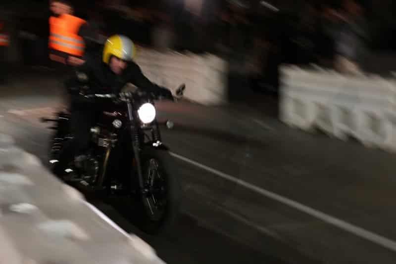 Nueva Triumph Bonneville Bobber acelerando de noche