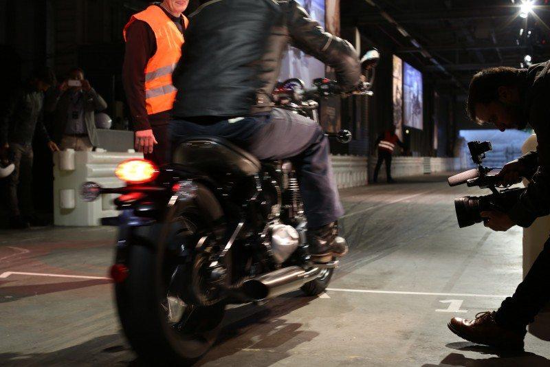 Nueva Triumph Bonneville Bobber desde atras de noche