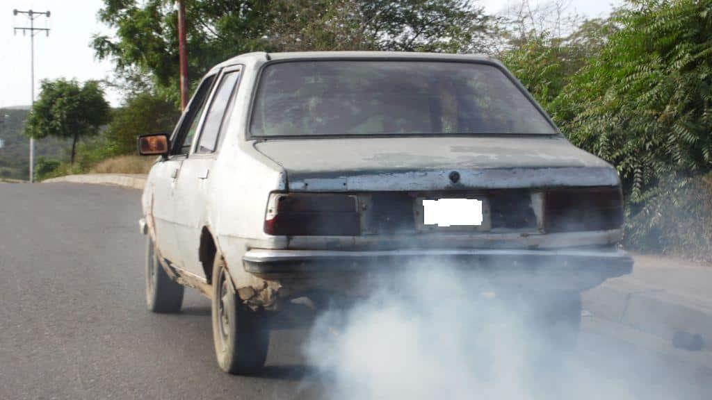 Velocidad limitada contaminación coche viejo