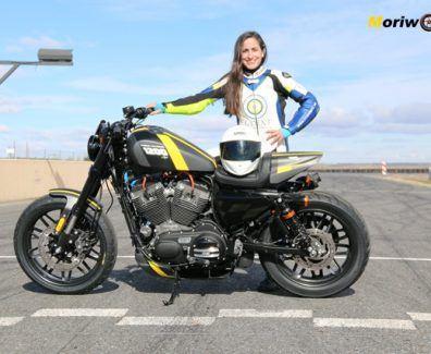 Harley Davidson Capital 1200 CupPosando sola