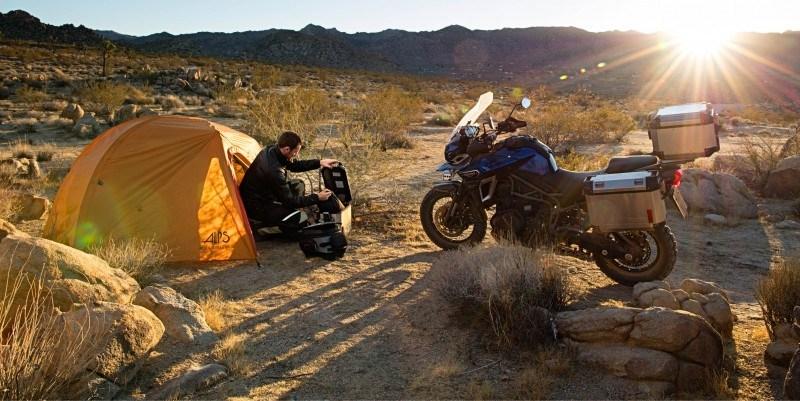 Triumph Aventura acampando