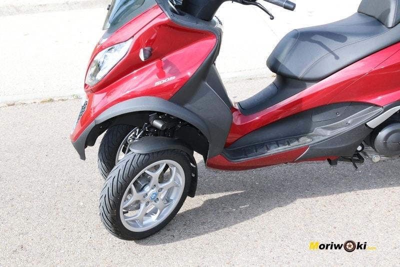 Los mejores scooters de tres ruedas. Piaggio MP3 LT 500 Bussines con la dirección girada.