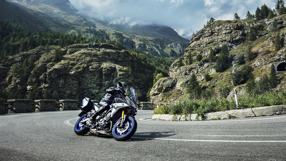 2018-Yamaha-MT09TRGT-EU-Midnight-Black-Action-004