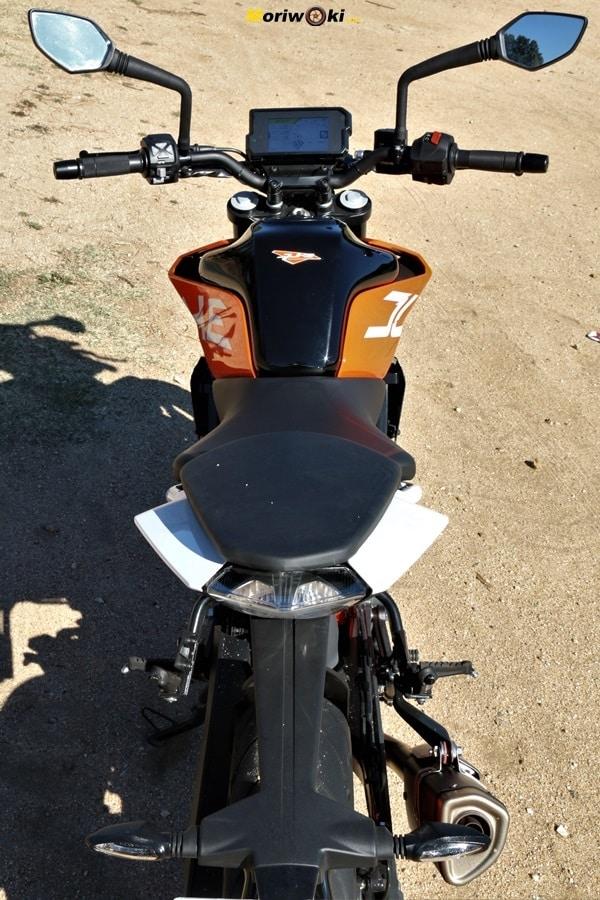 KTM 390 Duke Prueba a fondo silueta frenada