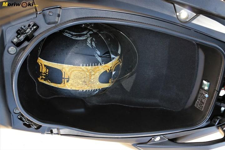 Así es el hueco que ofrece bajo el asiento el Kymco AK 550.