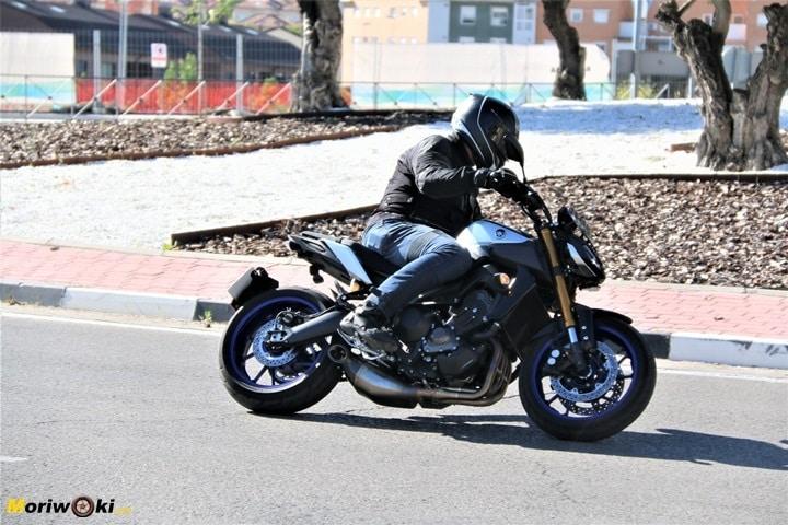 Paso con una Yamaha-MT-09-SP por una rotonda.