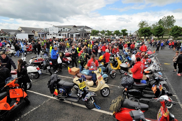 Miles de Vespas, pertenecientes a 37 Moto clubs, participan en los Vespa World Days