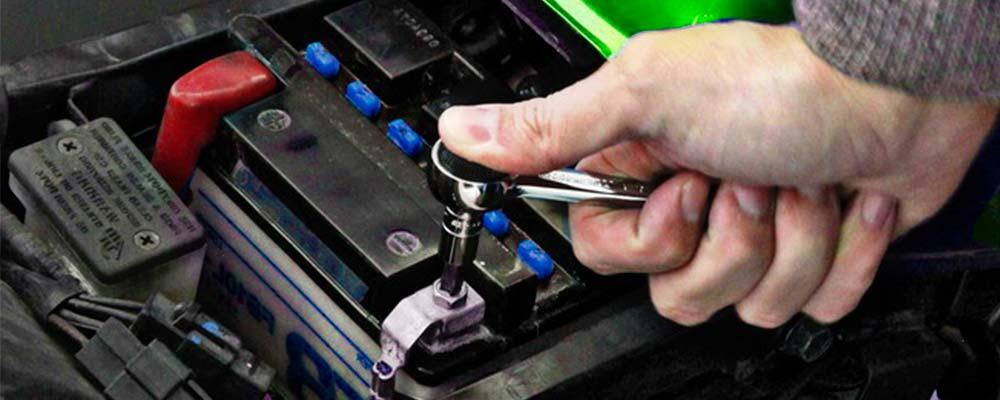 ¿Cómo cambiar la batería de una moto?