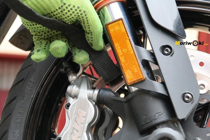 Atando la moto al remolque por la pinza de freno