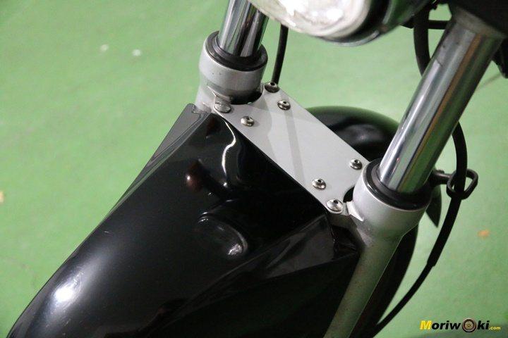 Moto con puente sobre la aleta para atarla al remolque