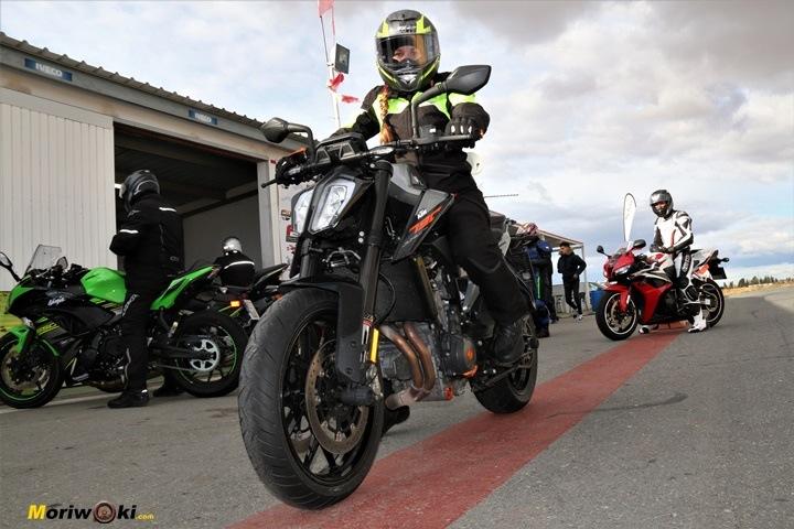 Como es una moto naked 6