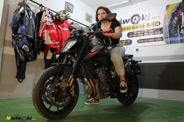 Como es una moto naked 2