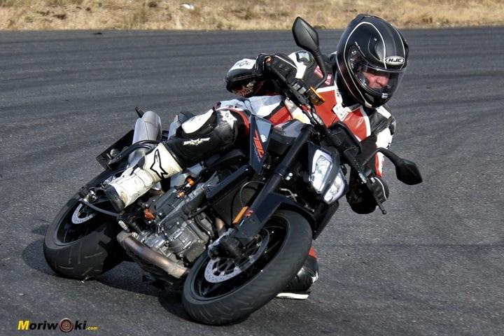 Como es una moto naked U
