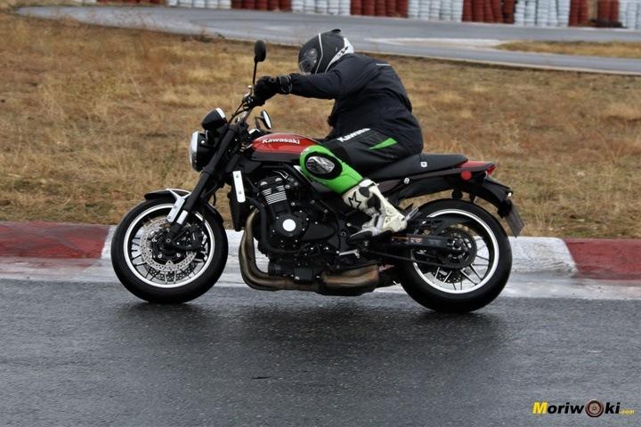 Con la Z900RS trazando en mojado