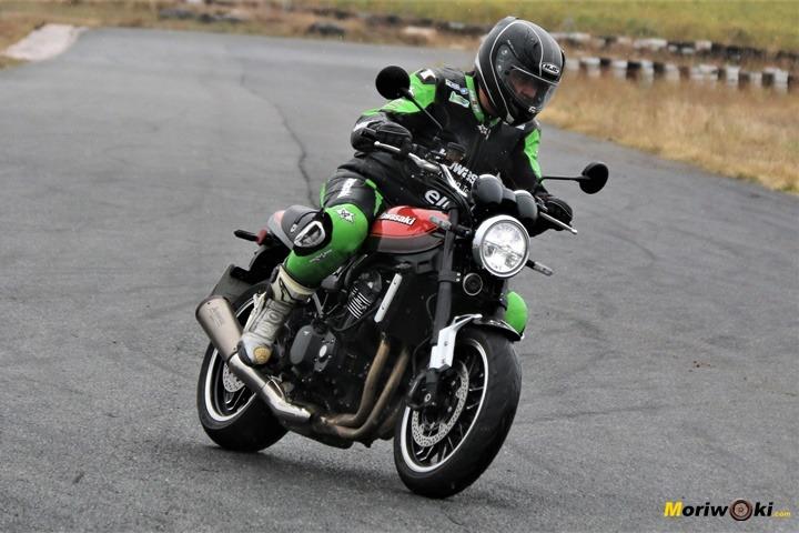 La Kawasaki Z900RS en acción sobre la pista de FK-1