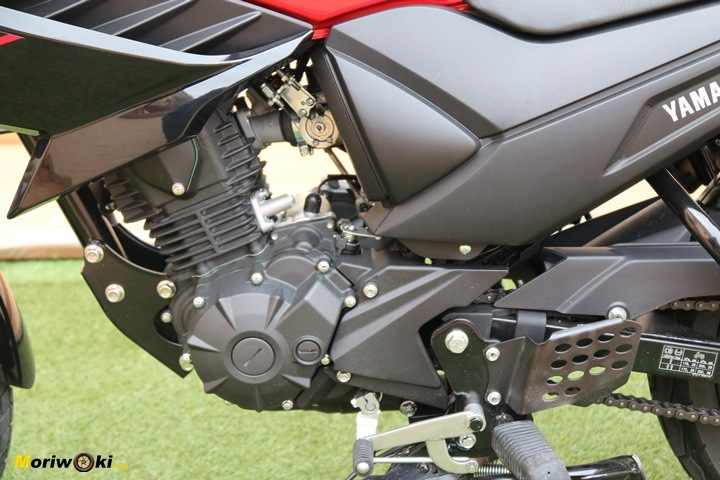 Motor monocilíndrico de la Yamaha YS125 por el lado izquierdo