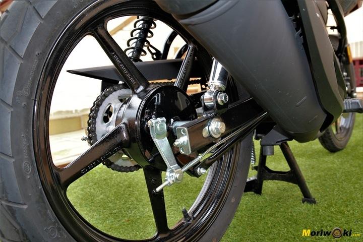 Yamaha YS125 con su freno de tambor