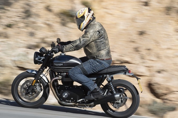 Una Triumph Speed Twin 1200 en plena frenada.