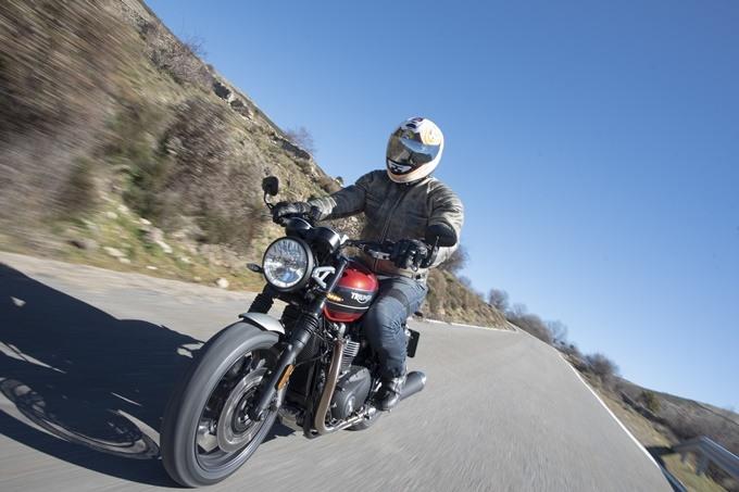 Rodando con la Triumph Speed Twin 1200 lado derecho