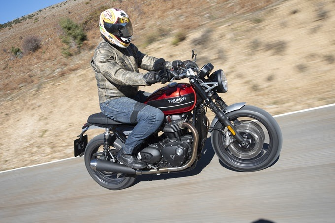 Triumph Speed Twin 1200 Korowi Red en marcha