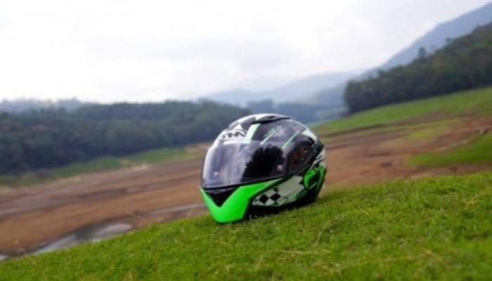 casco de moto en un prado verde
