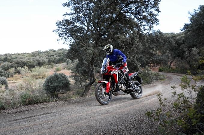 Ejemplo de conducción trail, acelerando con una Honda Africa Twin Adventure