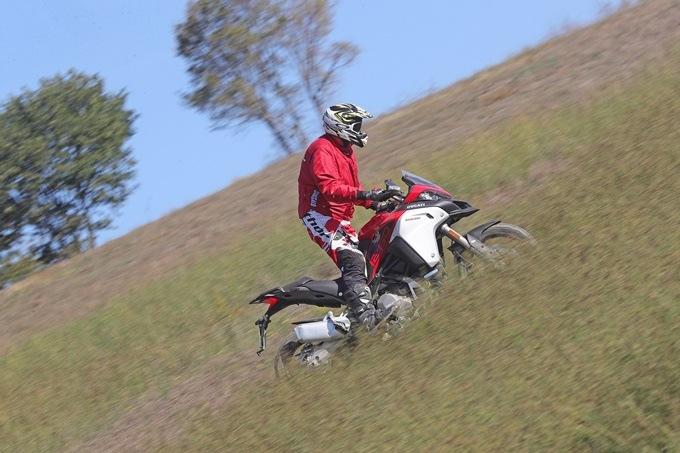 Posición de subida sobre una Ducati Multistrada Enduro 1260