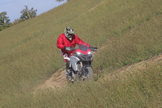 Una curva rápida trail sobre la Ducati Multistrada Enduro 1260