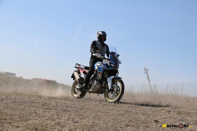 Alumno con una Honda Africa Twin Adventure en nuestros cursos trail