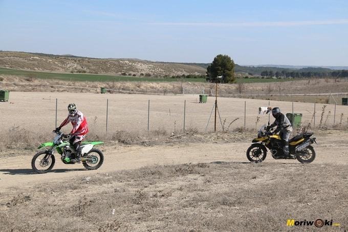 Guiando a un alumno en un curso de conducción trail