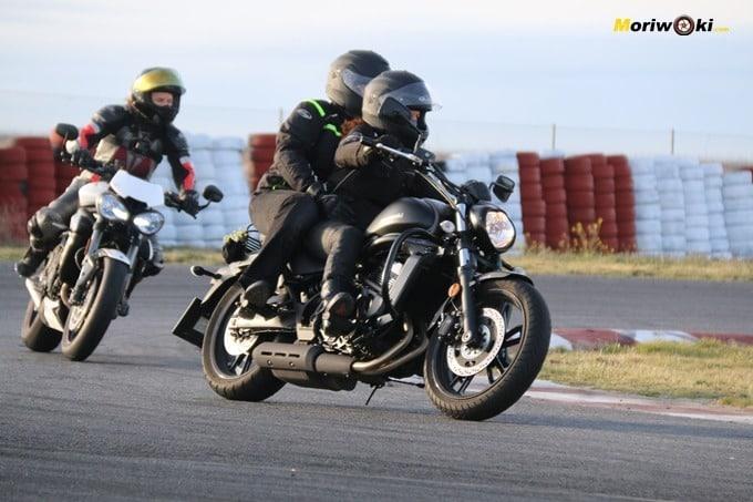Alumnas a dúo en el curso femenino de moto