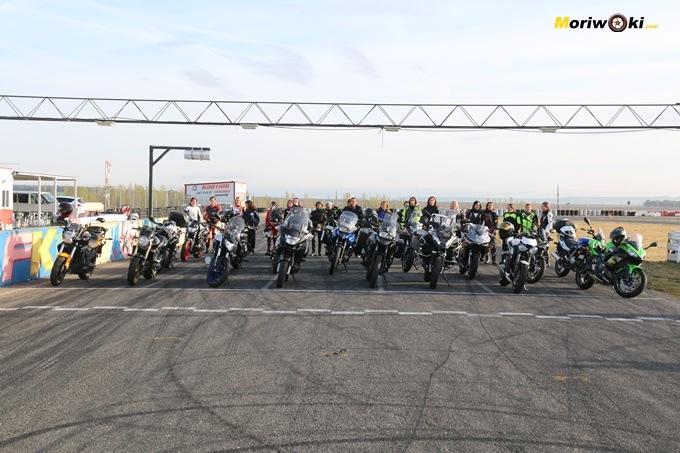 Grupo de alumnas detrás de sus motos en el curso femenino de conducción